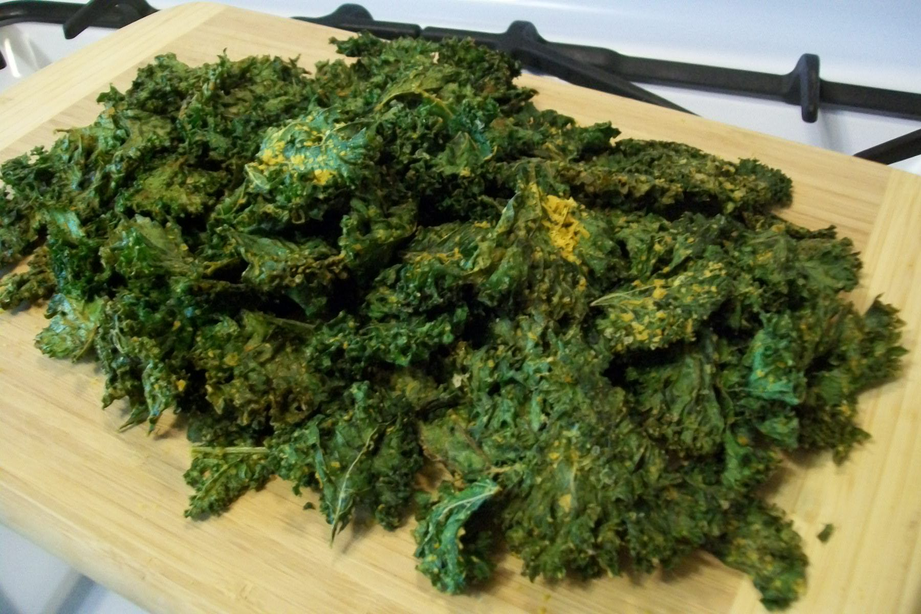 'Cheesy' Kale Chips – Nibble on These